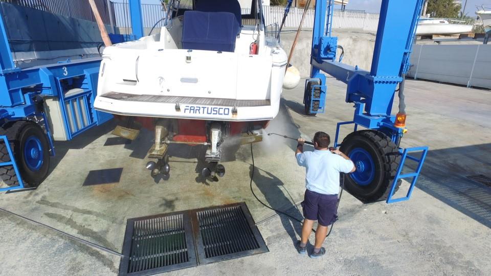 imagen limpiando barco Club Regatas Mazarron