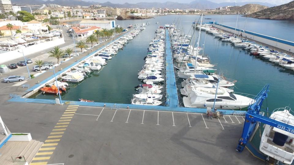 imagen barcos y grua Club Regatas Mazarron